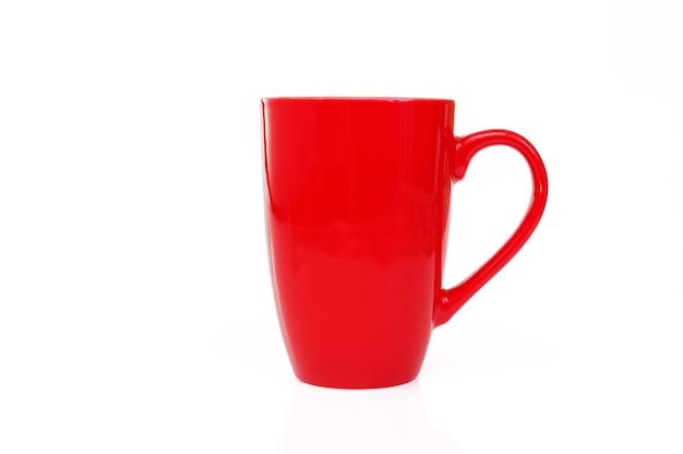 Красная кружка для чая или кофе на белом фоне