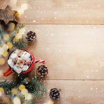 마시멜로와 사탕 지팡이 크리스마스 배경으로 핫 초콜릿의 빨간 머그