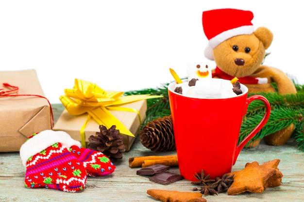 溶かしたマシュマロ雪だるまとホットチョコレートと赤いマグカップ。