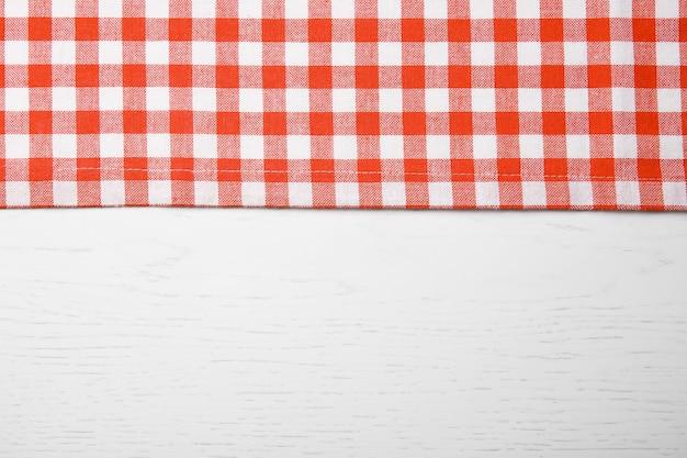 木製のテーブルに赤いナプキン