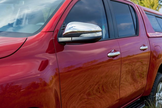 強化された金属バンパーとウインチを備えたダブルキャブを備えた赤い新しい4x4ピックアップ