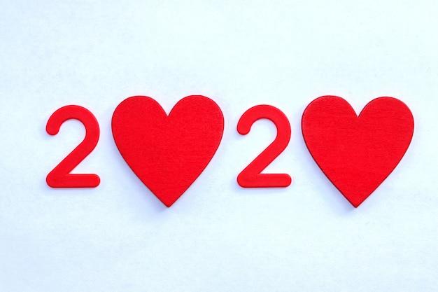 Красные цифры в виде красных сердечек, минимализм, место для текста. вид сверху
