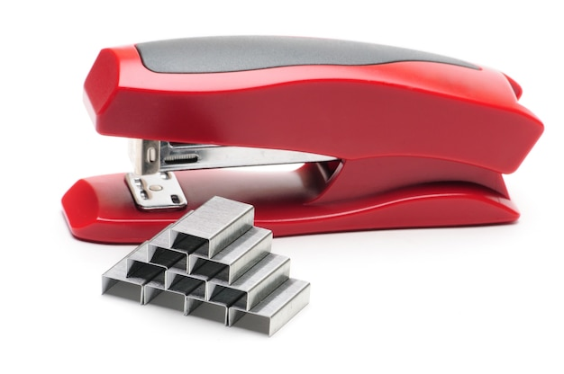 Красный офисный степлер на изолированном белом