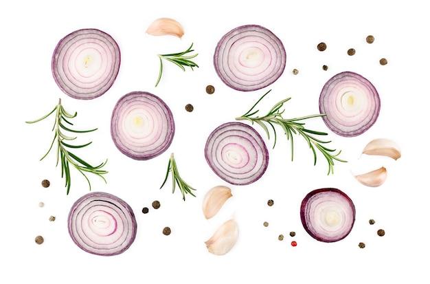 붉은 양파, 마늘, 로즈마리, 향신료 흰색 표면, 평면도에 격리. 고품질 사진