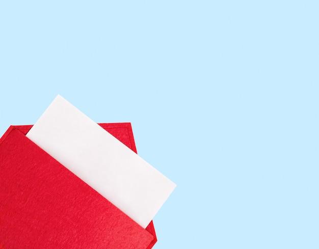 Copyspace와 파란색 배경에 종이와 빨간색 오픈 봉투. 발렌타인 데이