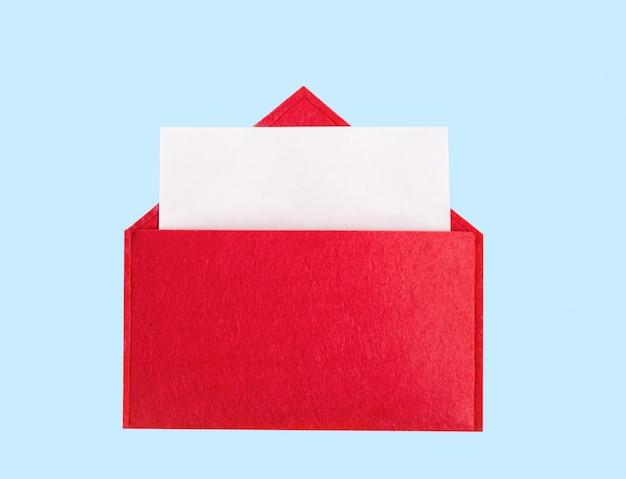 Красный открытый конверт с листом бумаги на синем фоне с copyspace. день святого валентина
