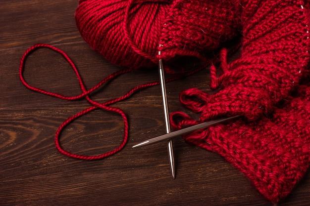 Красный или бордовый цвет шерстяных ниток и шарика