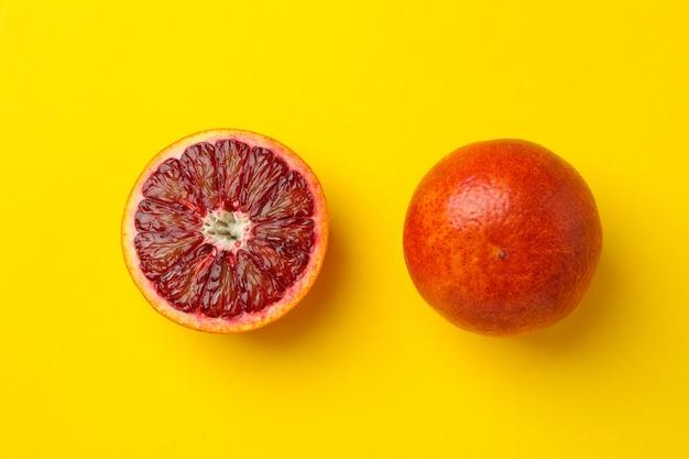 Красный оранжевый и половина на желтом Premium Фотографии