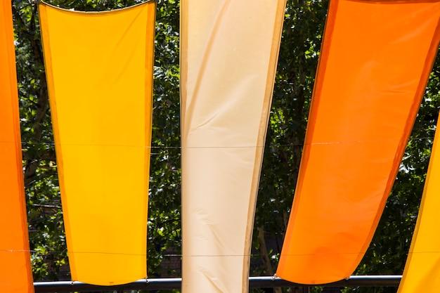 Ткань красного, оранжевого и красного цвета в парке
