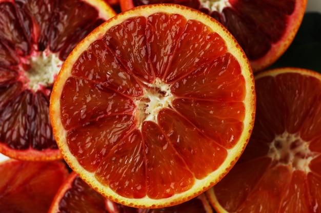 Половинки и дольки красного апельсина