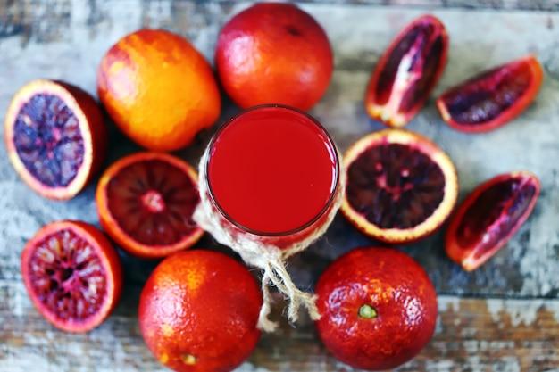 赤オレンジジュース。新鮮なデトックス。