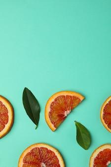 Дольки и листья красного апельсина на мятой
