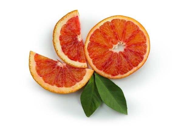 Дольки красного апельсина, изолированные на белом фоне