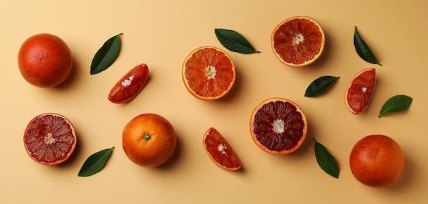 赤オレンジとベージュの孤立した背景の葉