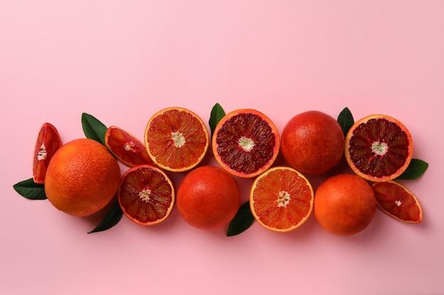 ピンクの孤立した背景に赤オレンジと葉