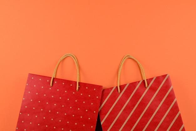 주황색 배경에 줄무늬가 있는 빨간색 패킷입니다.