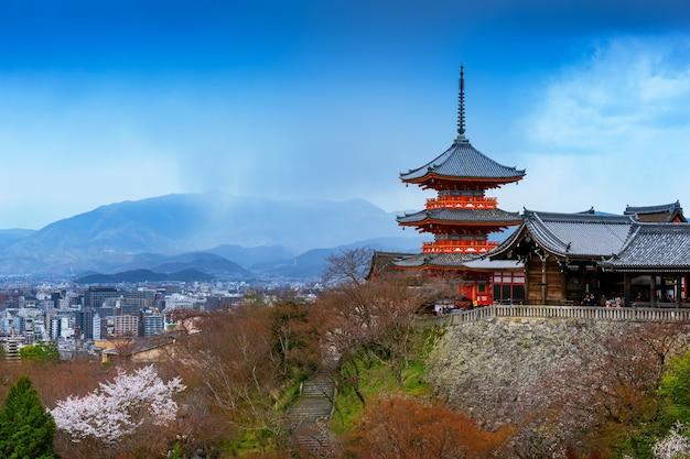 日本の赤い塔と京都の街並み。