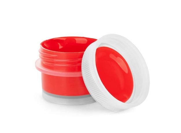 在白色背景上,在罐子里涂上红色丙烯酸漆