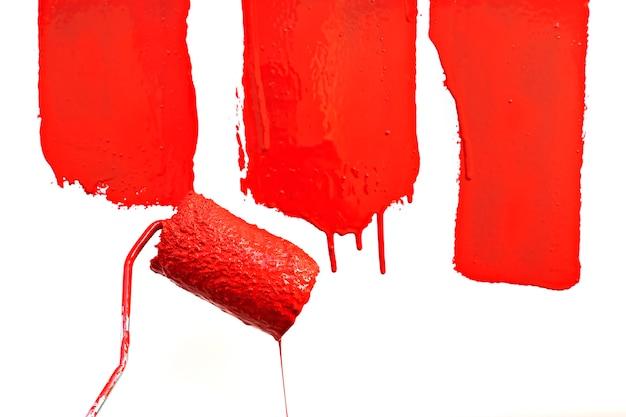 페인트 롤러로 떨어지는 빨간색 페인트