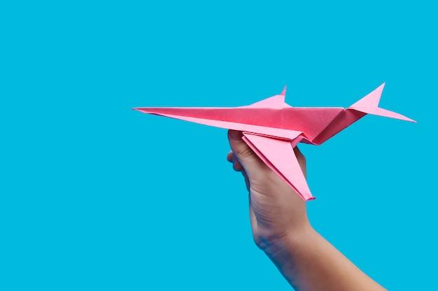 파랑에 손에 빨간 종이 비행기