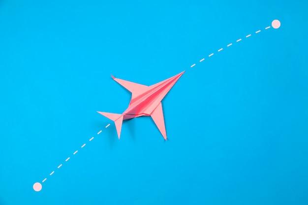 파란색 출발 및 도착 경로와 빨간 종이 비행기