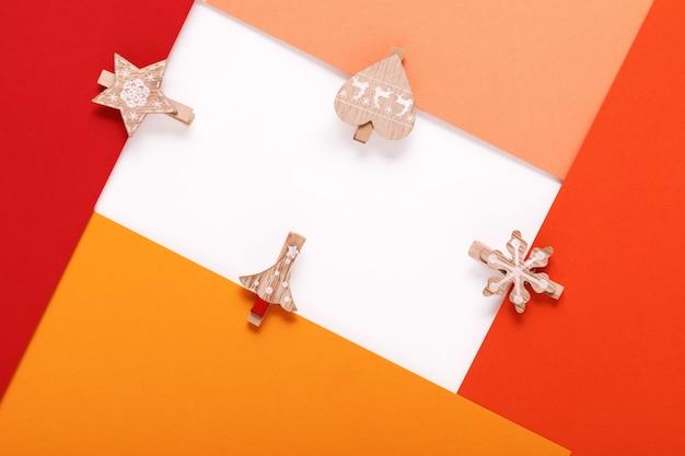 Красная бумажная карточка на рождественской прищепке
