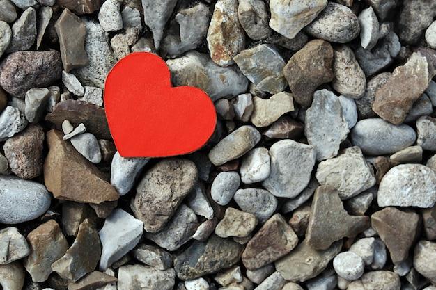 灰色の石に赤い紙のハート