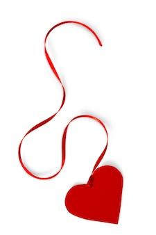 白で隔離のリボンと赤い紙の心