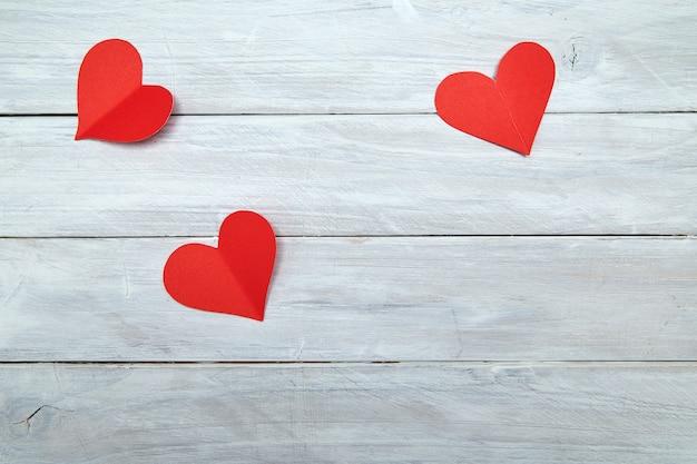 Красные бумажные сердечки на белое дерево день святого валентина