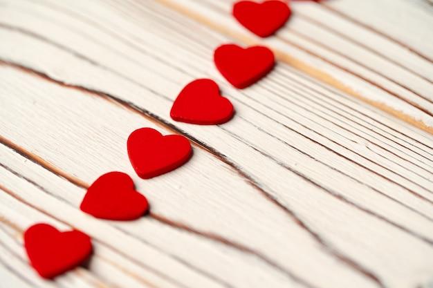 木製の背景に赤い紙の心クローズアップ写真