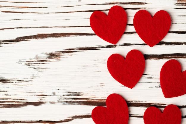 木製の赤い紙の心のクローズアップ