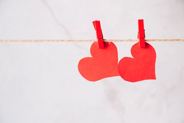Красные бумажные сердечки с выступом на резьбе