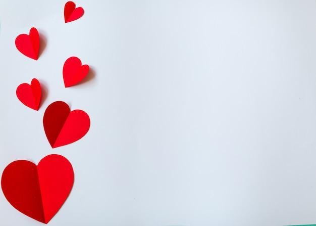 Красные бумажные сердечки