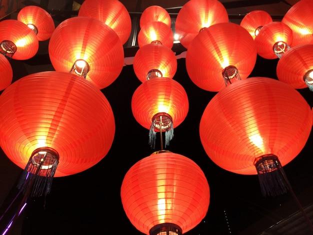 Красные бумажные фонарики с светом, декор фестиваля китайского нового года. праздник и концепция объекта.