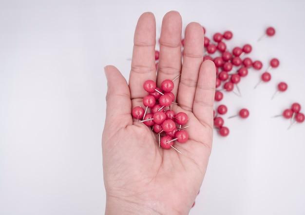 Красная бумажная булавка в человеческой руке