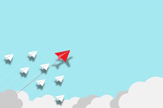 빨간 종이 비행기 비행 파란색 배경에 백서 비행기와 중단. 혁신 기술을 발견하기 위해 창의성과 새로운 아이디어를 창출하십시오.