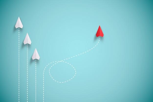Красный бумажный самолет из линии с белой бумагой, чтобы изменить нарушить и найти новый нормальный путь на синем фоне. лифт и бизнес-творчество новая идея для открытия инновационных технологий.