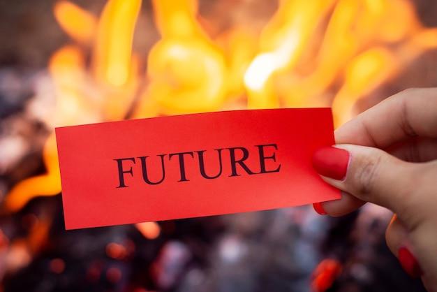 火に対する未来の碑文と赤い紙
