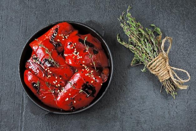 Красная паприка гриль в чугунной сковороде. здоровая закуска. веганский обед