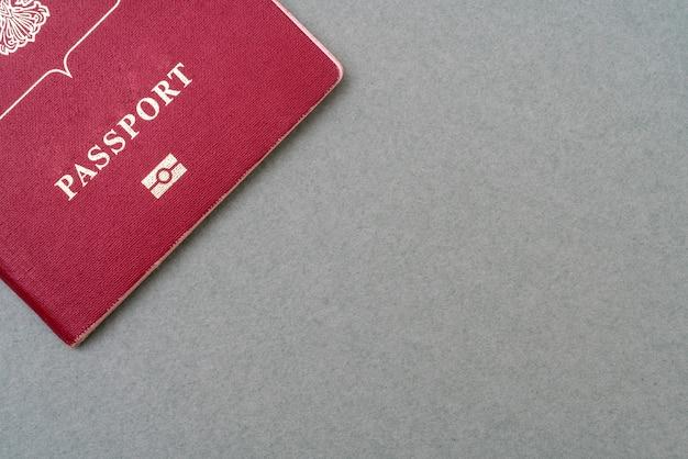 Красный паспорт на зеленом фоне. документ, удостоверяющий личность человека.