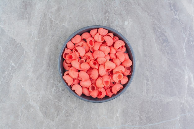 大理石の黒い金属製のカップに赤いパスタ