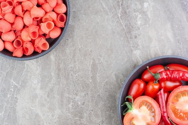 チェリートマトを添えたトマトソースの赤いパスタ。