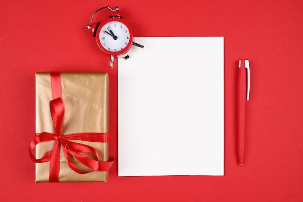 Красная ручка с бумагой на рождество.