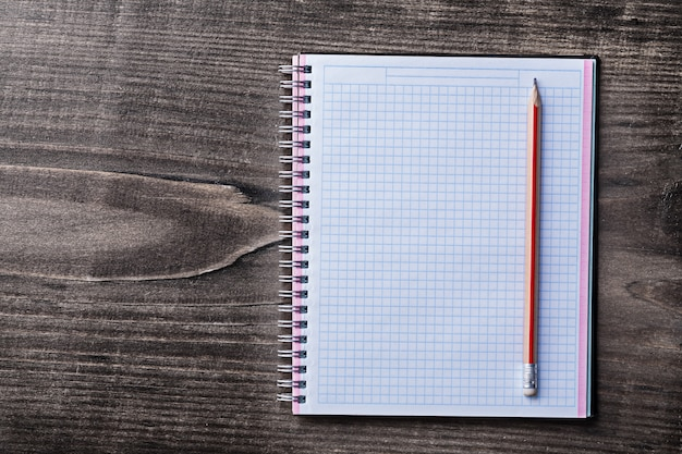 赤鉛筆と松の木の板教育コンセプトのチェックコピーブック
