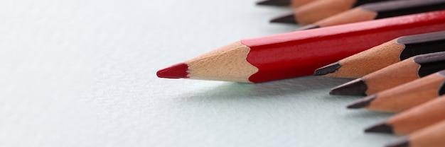 흰색 배경 근접 촬영에 검정 사이에 누워 빨간 연필