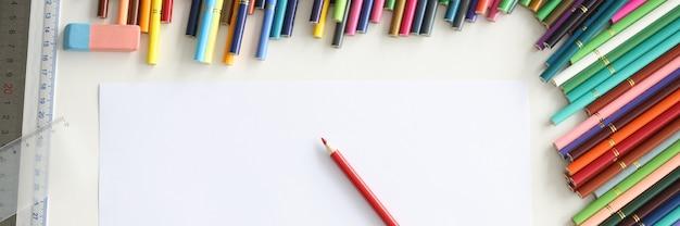 여러 가지 빛깔된 종이의 빈 시트에 누워 빨간 연필