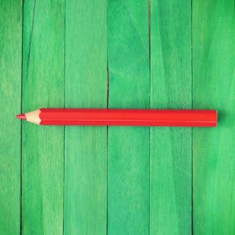 緑の背景に赤い鉛筆古いレトロヴィンテージスタイル
