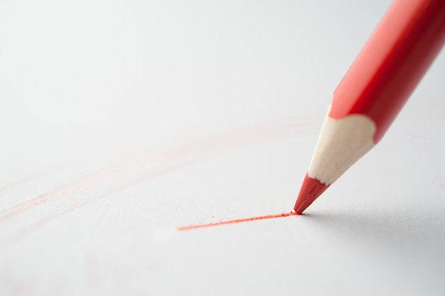赤鉛筆は紙に書きます。