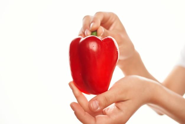 Красный перец готовит пищевые ингредиенты для салата