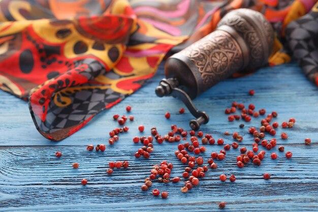 Красный перец на синем деревянном столе с шелковым шарфом